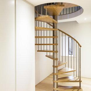 Modelo de escalera de caracol, actual, pequeña, sin contrahuella, con escalones de madera