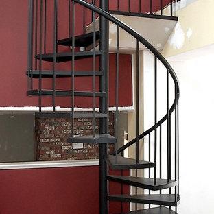 Пример оригинального дизайна: винтовая лестница среднего размера в современном стиле с металлическими ступенями без подступенок