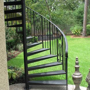 ヒューストンの金属製のトラディショナルスタイルのおしゃれな階段の写真