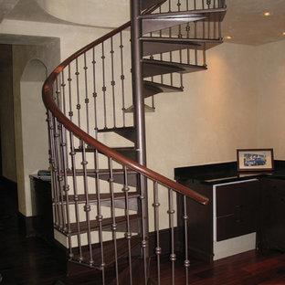 Foto di una scala a chiocciola tradizionale di medie dimensioni con pedata in legno e nessuna alzata