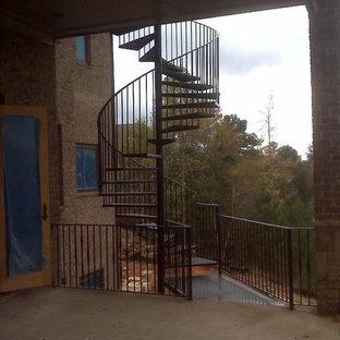アトランタの中くらいの金属製のトラディショナルスタイルのおしゃれならせん階段 (金属の蹴込み板) の写真