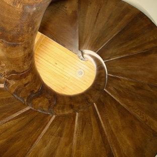Ispirazione per una scala a chiocciola shabby-chic style con pedata in legno e alzata in legno