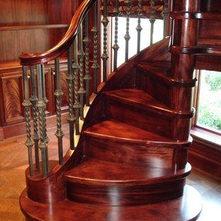 ダラスの木のトラディショナルスタイルのおしゃれならせん階段 (木の蹴込み板) の写真