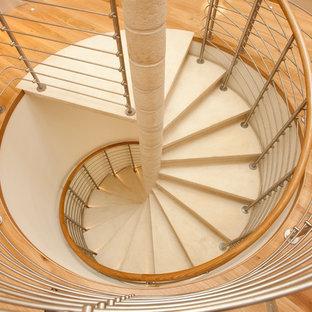 Ejemplo de escalera de caracol, actual, pequeña, con escalones de hormigón y contrahuellas de hormigón