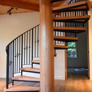 Diseño de escalera de caracol, rural, grande, sin contrahuella, con escalones de madera