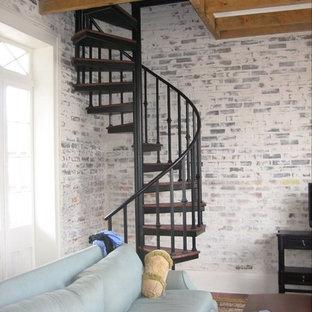Immagine di una scala a chiocciola design di medie dimensioni con nessuna alzata e pedata in legno