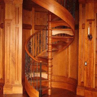 Imagen de escalera de caracol, clásica, de tamaño medio, con escalones de madera y contrahuellas de madera