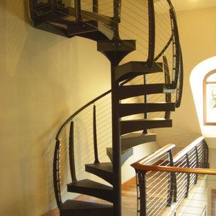 ニューアークの木のモダンスタイルのおしゃれな階段 (金属の手すり) の写真