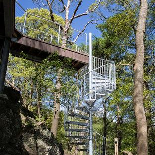 他の地域の中サイズの金属製のモダンスタイルのおしゃれならせん階段 (金属の手すり) の写真