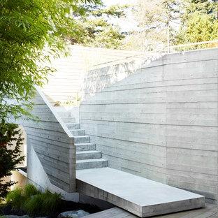 Inredning av en modern mycket stor trappa, med sättsteg i betong