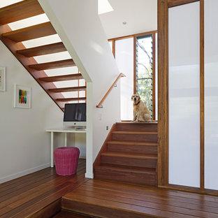 Ejemplo de escalera en U, contemporánea, sin contrahuella, con escalones de madera