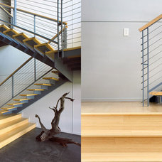 Modern Staircase by T2THES DESIGN + BUILD