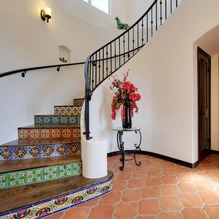 アルバカーキの木の地中海スタイルのおしゃれなサーキュラー階段 (タイルの蹴込み板) の写真