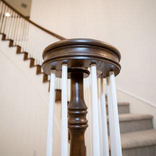 Idee per una grande scala a chiocciola stile shabby con pedata in moquette, alzata in moquette e parapetto in legno