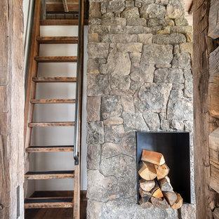 Imagen de escalera recta, rural, sin contrahuella, con escalones de madera y barandilla de metal