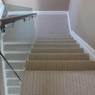 Foto de escalera en L, actual, de tamaño medio, con escalones enmoquetados y contrahuellas enmoquetadas