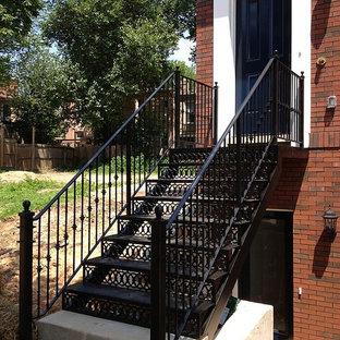 ワシントンD.C.の中サイズの金属製のトラディショナルスタイルのおしゃれな直階段 (金属の蹴込み板) の写真