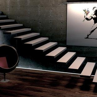 ニューヨークのモダンスタイルのおしゃれなフローティング階段の写真