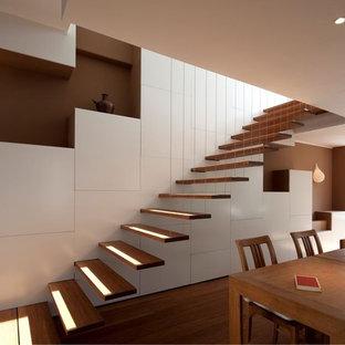 Diseño de escalera suspendida minimalista