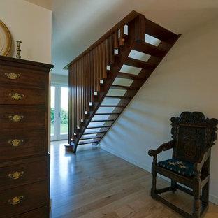 Idee per una scala a rampa dritta design di medie dimensioni con pedata in legno e nessuna alzata