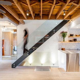 Diseño de escalera industrial con barandilla de vidrio