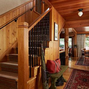 Ejemplo de escalera en L, rural, con escalones de madera y contrahuellas de madera