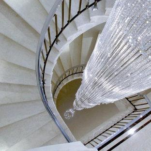 サリーの広い大理石のモダンスタイルのおしゃれな階段 (金属の手すり) の写真
