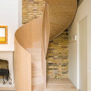 ロンドンの木のコンテンポラリースタイルのおしゃれならせん階段 (木の蹴込み板) の写真
