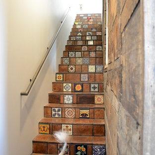 他の地域の中サイズのタイルのサンタフェスタイルのおしゃれな直階段の写真