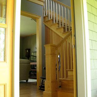 """Ispirazione per una scala a """"L"""" chic di medie dimensioni con pedata in legno e alzata in legno"""