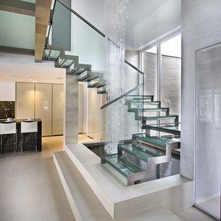 Foto de escalera en U, contemporánea, sin contrahuella, con escalones de vidrio
