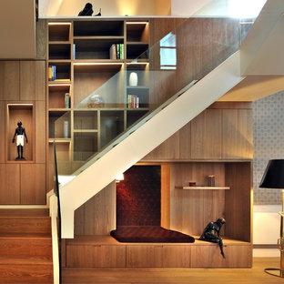London, UKの中サイズの木のコンテンポラリースタイルのおしゃれな折り返し階段 (木の蹴込み板) の写真