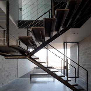 Неиссякаемый источник вдохновения для домашнего уюта: лестница на больцах, среднего размера в стиле модернизм с бетонными ступенями без подступенок