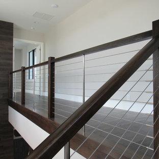 オーランドの巨大な木のコンテンポラリースタイルのおしゃれな階段 (ワイヤーの手すり) の写真