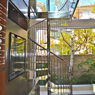 オレンジカウンティの中くらいのガラスのモダンスタイルのおしゃれな階段の写真