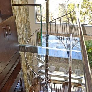 Ejemplo de escalera curva, moderna, grande, con escalones de vidrio y contrahuellas de vidrio
