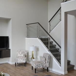 Diseño de escalera en U, actual, pequeña, con escalones enmoquetados, contrahuellas enmoquetadas y barandilla de vidrio