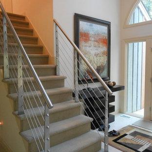 Imagen de escalera recta, actual, de tamaño medio, con escalones enmoquetados y contrahuellas enmoquetadas