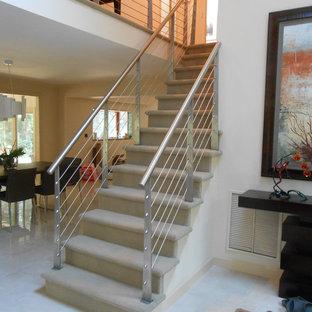 Imagen de escalera recta, contemporánea, de tamaño medio, con escalones enmoquetados y contrahuellas enmoquetadas