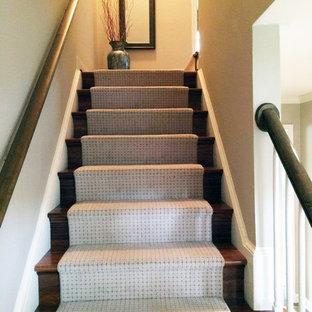 Foto de escalera recta, tradicional, de tamaño medio, con escalones enmoquetados y contrahuellas de madera