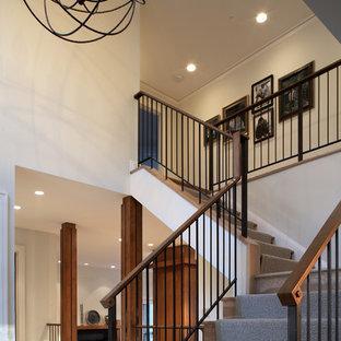 Imagen de escalera en L, de estilo americano, de tamaño medio, con escalones de madera, contrahuellas de madera y barandilla de varios materiales