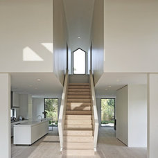 Modern Staircase by d'apostrophe design, inc.