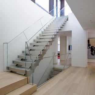 Foto de escalera suspendida, contemporánea, con barandilla de vidrio