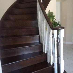 トロントのトラディショナルスタイルのおしゃれな階段の写真