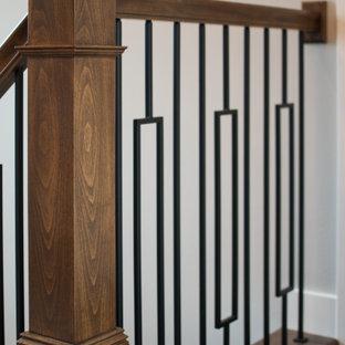 Idéer för en stor modern u-trappa, med heltäckningsmatta, sättsteg med heltäckningsmatta och räcke i flera material