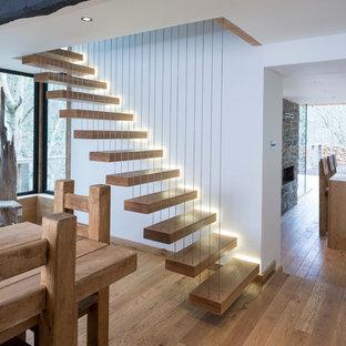 Стильный дизайн: лестница на больцах в современном стиле с деревянными ступенями без подступенок - последний тренд