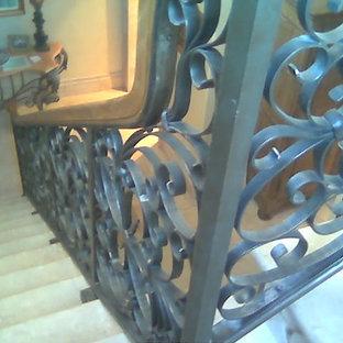 オクラホマシティの中くらいのタイルのトランジショナルスタイルのおしゃれなかね折れ階段 (タイルの蹴込み板) の写真