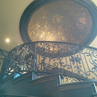 Imagen de escalera curva, tradicional, de tamaño medio, con escalones de madera y contrahuellas de madera