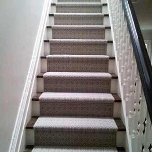 Diseño de escalera recta, ecléctica, pequeña, con escalones enmoquetados y contrahuellas enmoquetadas