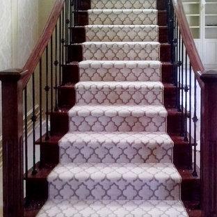 Diseño de escalera curva, clásica renovada, de tamaño medio